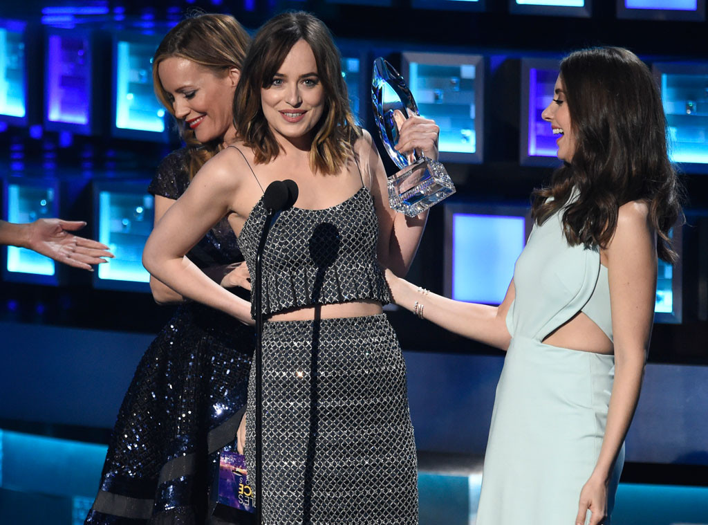 Dakota-Johnson-Leslie-Mann-Wardrobe-Malfunction-JR-010716_copy